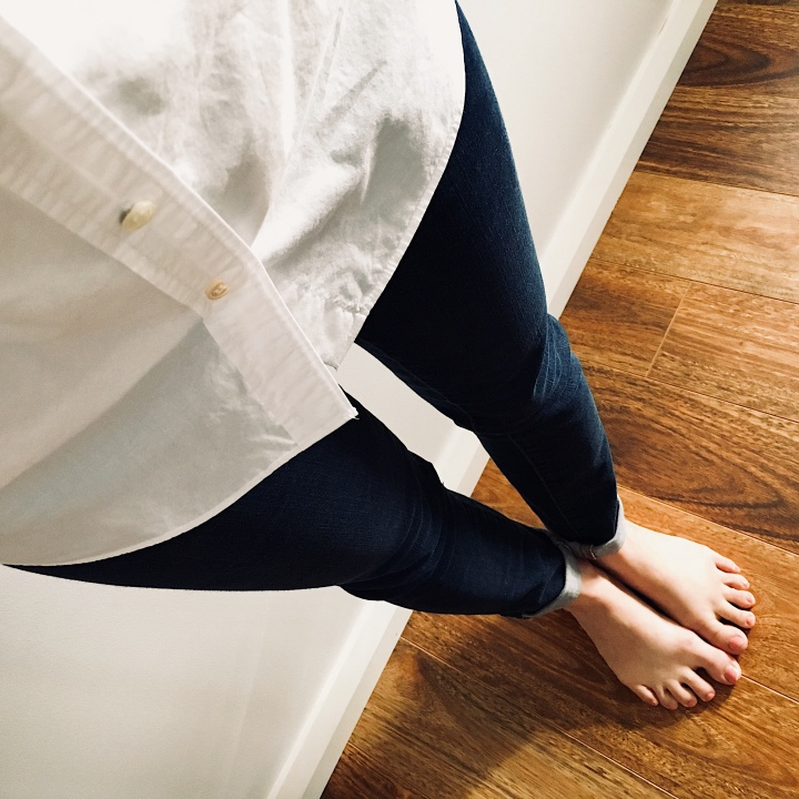 White shirt and dark blue jeans.